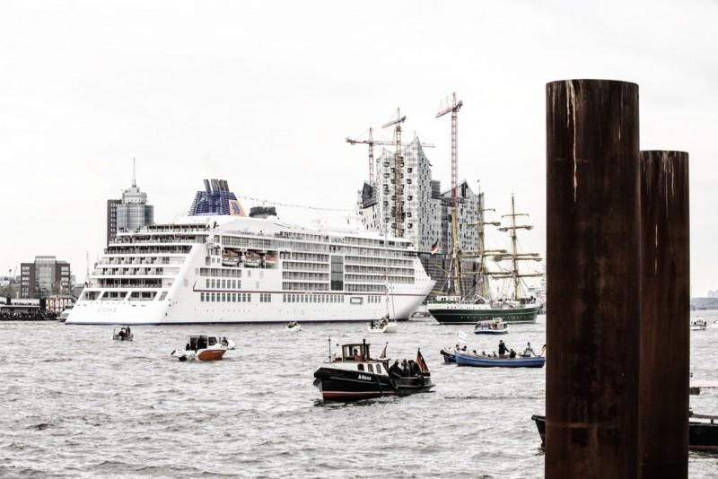 MS Europa 2: Einlaufparade Hamburger Hafen